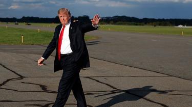 Konservative republikanere er i oprør. Steve Bannon himler op. Men Trump har bidt sig fast. Han er ikke en ideolog, men en charlatan. Når han ser en personlig fordel i at skifte kurs, gør han det.