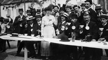 Belgiske mænd drikker te. Charles Baudelaire var ikke imponeret over landet, da nogle år senere var på visit i din særegent konstruerede stat.