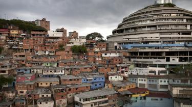 El Helicoide blev skitseret på en tegnestue først i 1950'erne som et gigantisk indkøbscenter, der skulle afspejle Venezuelas rigdom og daværende fremskridtstro. Men i sluthalvtredserne ændrede alt sig, og efter nogle år bredte slumkvartererne sig sydpå, indtil de efterhånden omsluttede bygningen.