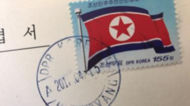 FinansdirektørSusan Lützner sælger to postkort med propagandamotiver sendt fra Nordkorea i april 2017, som hun sendte hjem til sig selv, da hun løb et marathon i landet.