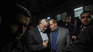 Ismail Haniyeh (i midten til venstre) sørger efter drabet på en anden i Hamas i foråret i år. Siden har Haniya overtaget ledelse af et parti, der har stadigt færre allierede, og som nu søger at ende ti års isolation i Gaza.