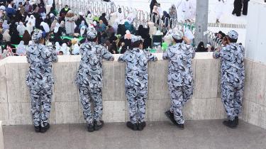 Sikkerhedsfolk i Mecca overvåger de fastende under sommerens ramadan. Det firma i Nordjylland, der har solgt overvågningsteknologi til Saudi-Arabien, har nu valgt at lukke sin forretning i Danmark ned.