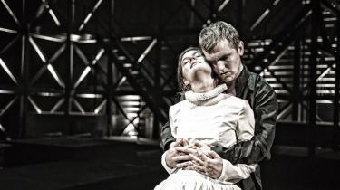 Elliott Crosset Hove og Asta Kamma August er både intense og overbevisende i rollerne som Hamlet og Ofelia på Vendsyssel Teater