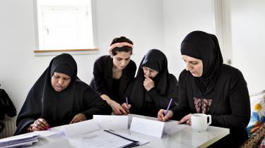 Indvandrerkvinder til danskundervisning i Cafe Nora i Mjølnerparken. Med en boligsocial indsats, som har aktiveret og trukket på de lokale beboeres ressourcer, i stedet for at trække på eksperter og konsulenter, der kommer udefra, er det lykkedes at løfte Mjølnerparken.