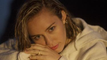 Der er ikke skyggen af ironi at finde, når Miley Cyrus på sit nye album, Younger Now, vender tilbage til countrytraditionen og indtager en stil, der bedst kan betegnes som 'normcore'.