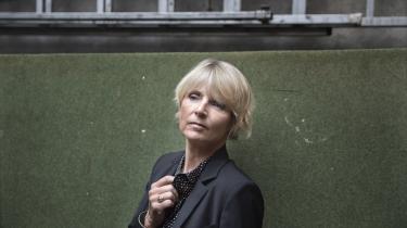 Hvor det dog klæder Hanne-Vibeke Holst åbent at stå ved sin etik og dermed sin politik i romanen 'Som pesten', skriver Erik Skyum-Nielsen.