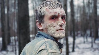Elliott Crosset Hove spiller mælkebøttebarnet Emil i Hlynur Pálmasons på én gang abstrakte og jordbundne 'Vinterbrødre'.