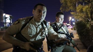 Amerikanske politifolk i færd med at hjælpe folk i ly fra skuddene ved country-koncert i Las Vegas søndag, hvor i alt 59 mennesker blev dræbt og flere hundrede såret, da pensionisten Stephen Paddock åbnede ild mod folkemængde fra 32. etage på et hotelværelse.