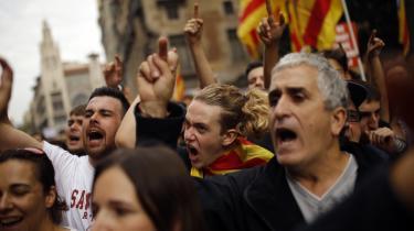 Demonstranter samlet udenfor en politistation i Barcelona. Fagforeninger og uafhængighedsorganistationer havde kaldt til generalstrejke i Catalonien tirsdag.