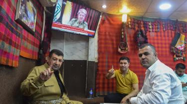 På trods af intense advarsler fra regeringen i Bagdad, nabolandene samt USA, Rusland, FN og Den Arabiske Liga stemte kurderne ja til løsrivelse fra Irak med et flertal på 92 procent. Præsidenten for de autonome kurdiske provinser, Massoud Barzani, der her toner frem på skærmen, siger, at afstemningen ikke er 'bindende', men en 'tilkendegivelse' som oplæg til forhandling.