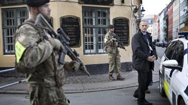 Det er fuldstændigt uklart, hvilke beføjelser – om overhovedet nogen – soldaterne, som bevogter synagogen i Krystalgade i København, har.