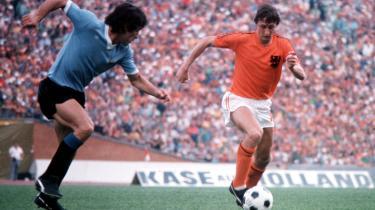 På mange måder har det været store hollandske fodboldtænkere som Rinus Michels, Louis van Gaal og Johan Cruyff (til højre), der har defineret, hvordan vi spiller (og tænker) fodbold i Europa i dag. Men lige nu er det hollandske landshold endog meget langt fra tidligere tiders storhed.