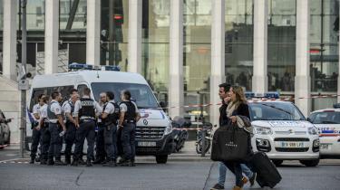 Tuneseren Ahmed Hanachi dræbte i forrige uge to unge kvinder med knivstik i Marseille. Hanachi, der befandt sig illegalt i Frankrig, blev blot et døgn tidligere arresteret af politiet i Lyon i forbindelse med et butikstyveri, men sat på fri fod. Måske på grund af manglen på tilstedeværelse af en person, som kunne autorisere en tilbageholdelse, måske på grund af pladsmangel i arresten, lyder forskellige forklaringer.