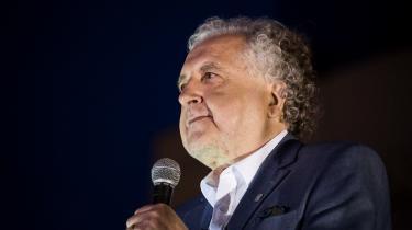 En lun juliaften taler Andrzej Rzepliński til de 3-4.000 tilhører på pladsen foran Højesteret i Warszawa. 'Dette er kun den første sejr. Kampen bliver stadig lang og hård,' siger han om præsident Dudas overraskende veto mod en retsreform.