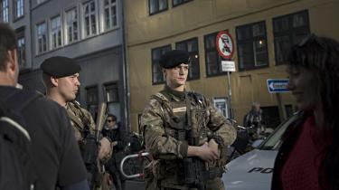 Hvad er soldaternes beføjelser, når de bevogter synagogen i København. Politidirektør giversvar på, hvordan man som borger skal forholde sig til de nye opgaver for militæret.