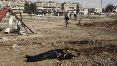 Død IS-kriger i Mosul, Irak. Tidligere på sommeren blev terrororganisationen Islamisk Stat fordrevet fra den irakiske storby Mosul. Samme skæbne overgår med al sandsynlighed kalifatets selverklærede hovedstad Raqqa i Syrien inden længe. Men i byen Abu Kamal står IS stadig stærkt fortæller øjenvidne