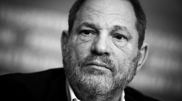 Harvey Weinstein, filmproducer og en af Hollywoods mest magtfulde mænd, har gennem flere årtier forgrebet sig på kvinder, siger talrige kilder. Nu er han blevet fyret med øjeblikkelig virkning fra det filmselskab, som han selv var med til at grundlægge.