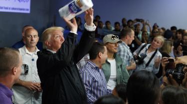 Da Trump besøgte Puerto Rico efter orkanen Maria, var han så rundhåndet at dele køkkenrulle ud til de nødlidende.