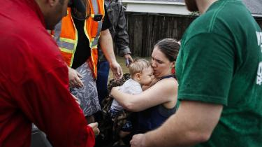 Lauren Durst holder sin ti måneder gamle søn Wyatt Durst, mens de bliver evakueret fra Savannah Estates i forbindelse med den tropiske storm Harvey, der ramte Houston 29 august.