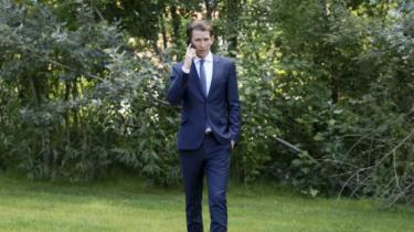 Med sit enestående politiske instinkt har udenrigsminister Sebastian Kurz udfordret Østrigs politiske kultur og omskabt det traditionsrige konservative ÖVP-parti til sin egen 'Liste Sebastian Kurz' med en stærkt indvandringskritisk profil. Ved næste uges parlamentsvalg står det 31-årige stjerneskud til at blive historiens yngste kansler