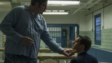 Ed Kemper (Cameron Britton) demonstrerer for FBI-agent Holden Ford (Jonathan Groff), hvordan man bedst skærer halsen over på et menneske, i en scene fra tv-serien 'Mindhunter'. Foto: Netflix