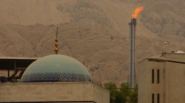 Iran har købt solpaneler svarende til 2.000 megawattfra et norsk selskab. Bag moskeen ses et gasfelt i Irans Pars-provins.