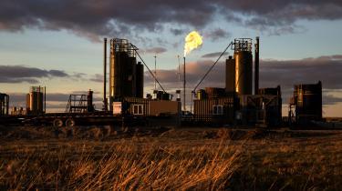 Mange af de største danske pensionsselskaber investerer fortsat milliarder af pensionskundernes penge i fossile energiselskaber som Shell, Chevron og Exxon – virksomheder der udvinder olie, gas og kul med pensionspenge i ryggen