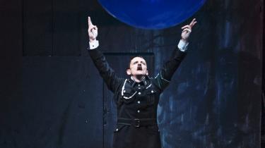 Olaf Johannessen rammer Chaplins udtryk perfekt i 'Diktatoren' på Nørrebro Teater.  Foto: Büro Jantzen