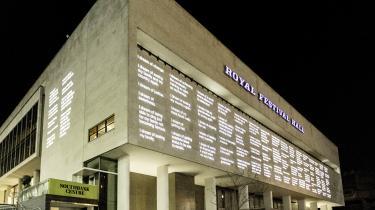 Kunstprojektet 'Wall of dreams' af dendanske kunstner Morten Søndergaard projicerer flygtninges drømme op på facaden af Royal Festival Hall i London.