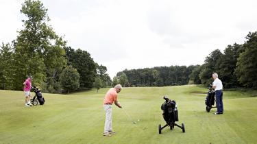 60 procent af skattelettelserne tilfalder mænd. Billedet af de herrer på golfbanen er fra2016, hvorInformation besøgteRungsted, en af Danmarks rigeste byer, for at diskutere skattelettelser.