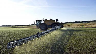 Hvis sprøjtemidlet Roundup forbydes i EU, vil en række landbrug skulle omlægge til en dyrere produktion. Derfor har landbrugsorganisationer også aktivt arbejdet for, at midlet fortsat skal være lovligt