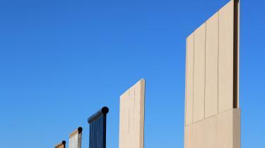 Den 3.000 kilometer lange mur kan blive monument over Donald Trumps Amerika. Den forfængelige forretningsmand har brugt årtier på at opføre mastodontiske bygninger, der bærer hans navn. Men politikeren Trump er hverken en skyskraber på Manhattan, et casino i Atlantic City eller et resort i Florida – han er en mur tværs gennem Sydstaterne. Spørgsmålet er hvilken mur?