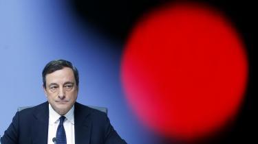 I dag mødes ECB-chefen Mario Draghi nemlig med de 19 chefer for eurolandenes nationale centralbanker for at diskutere det dramatiske dilemma, om de skal indlede udfasningen af centralbankens enorme opkøb af obligationer og måske endda af nulrentepolitikken.