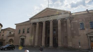 I Københavns Byret er Atiltalt for at have nikket en anden ung mand en skalle den 21. september sidste år i krydset mellem Bredgade og Dronningens Tværgade i København.