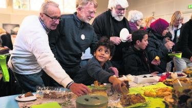 Det skorter ikke på hjemmebag, da Bedsteforældre for Asyl afholder tiårsdag for bevægelsen i Sandholmlejren. Som afslutning på markeringen for tiåret for Bedsteforældre for Asyl, synger forsamlingen 'Barndommens land' af Benny Andersen – bevægelsens 'slagsang'.