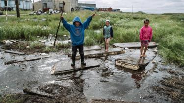 Beboerne i Newtok i Alaska er nu nødt til at flytte på grund af klimaforandringerne. Kombinationen af mindre is, stigende have, voldsommere storme og smeltende permafrost gør det umuligt at opretholde de to beboelser ved kysten.