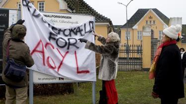 Bedsteforældre for asyl foran Sandholmlejren – i 2007.