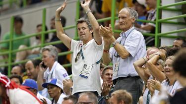 Gode miner til slet spil? Kronprins Frederik og daværende kulturminister Bertel Haarder (V) hepper på det danske håndboldlandshold under OL i Rio. Kort forinden havde kronprinsen undladt at følge en opfordring fra ministeren om at forsøge at få udelukket Rusland fra OL.