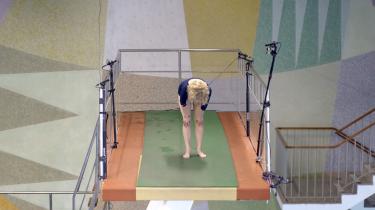 I den svenske minidokumentar 'Ten Meter Tower'ser man de medvirkende filmet frontalt fra et sted et stykke uden for den kant af vippen, de skal udover, og man ser, hvordan forskellige kroppe arter sig, når de skal overvinde sig selv og tage et spring
