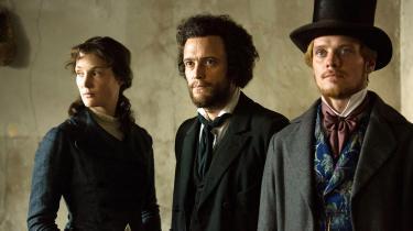 Karl Marx (August Diehl) flankeret af sin kone, Jenny (Vicky Krieps), og vennen Friedrich Engels (Stefan Konarske) i Raoul Pecks engagerende drama, 'Den unge Karl Marx'.