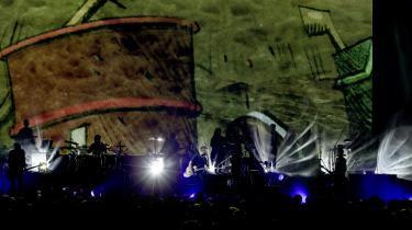 Engelske Damon Albarn driver musikken sammen med et væld af gæstende musikere og vokalister. Alt i mens landsmanden Jamie Hewlett står for den visuelle side af løjerne – hvor de fire hovedfigurer er blevet løsrevet fra musikinstrumenterne og i stedet er på nye eventyr i radioaktive ødemarker og giftige oceaner dér oppe på storskærmen.