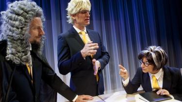 På med parykken, af med brillerne … Sådan skifter de tre skuespillere i 'Skattesagens helte' hele tiden roller, mens beretningen om manipulationerne i Skatteministeriet og hos SKAT bliver til veloplagt satire hos Off Off Produktion.