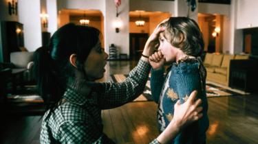 Wendy (Shelley Duvall) trøster sin søn, Danny (Danny Lloyd), efter at han har mødt kvinden i værelse 237 i Stanley Kubricks mesterlige gyserfilm, 'The Shining'.
