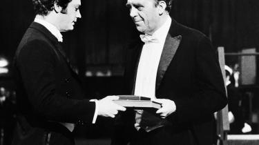 Heinrich Böll får overrakt Nobelprisen i Litteratur i 1972 af den svenske prins Carl XVI Gustaf.