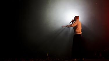 På 'Solkongen (Del 1)' er det som om forsanger Niels Brandt tager et lyrisk skridt tilbage og kigger på bandets frihedsprojekt udefra.