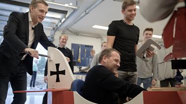CELF i Nykøbing Falster huser 31 erhvervsuddannelser samt et teknisk gymnasium og handelsgymnasium. Her prøvekører DF's René Christensen, der selv er uddannet automekaniker, en sæbekassebil, som nogle elever er ved at bygge.