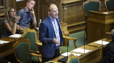 Enhedslisten på Christiansborg har forslået,at borgmestre og regionrådsformænds lønstigning på 31,4 procent skal modregnes de vederlag,som de indkasserer ved at sidde i diverse bestyrelser, hvor de repræsenterer kommunen.