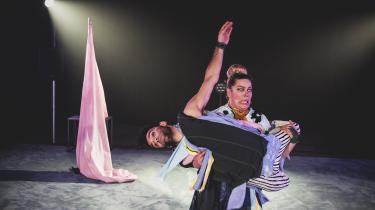 Girafkvinden møder flamencodanseren i vildskab under den sansemættede danseteaterforestilling 'Knud Romers ABC'.