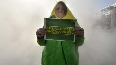 En demonstrant protesterer mod den planlagte fusion af Bayer og Monsanto.
