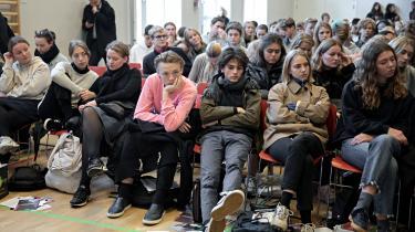 Omkring 400 elever fra Aurehøj Gymnasium i Gentofte sidder i skolens gymnastiksal og lytter til den igangværende paneldebat forud for kommunalvalget den 21. november